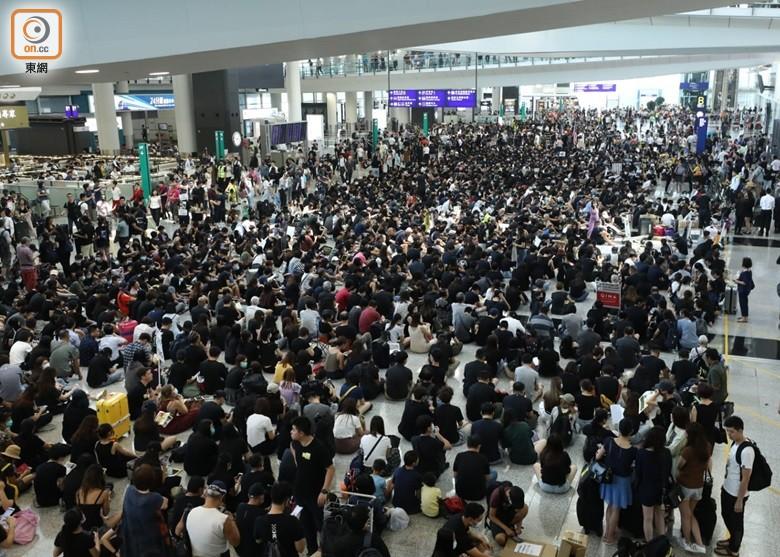 機場示威襲擊旅客 六旬翁認罪判緩刑|即時新聞|港澳|on.cc東網