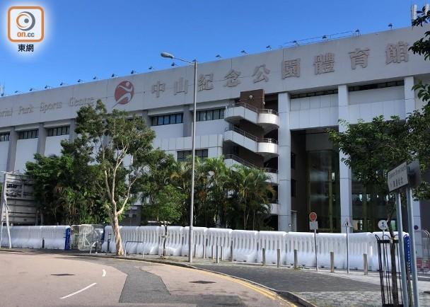 再有物資運抵中山體育館 館外架設水馬陣|即時新聞|港澳|on.cc東網