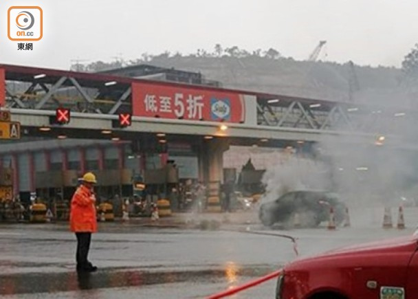 收費亭私家車自焚 東隧往港島一度封路|即時新聞|交通天氣|on.cc東網