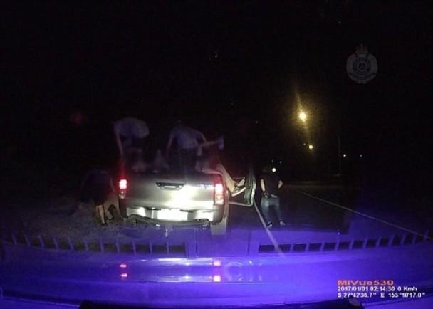 澳洲警截查超載小型貨車 共12人跳出車 即時新聞 國際 on.cc東網