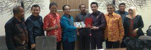 Foto bersama Ketua DPRD Kota Depok dgn Praeses Pdt Drs Berlin Tamba M.Div