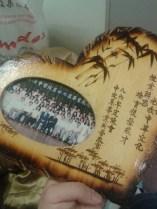 86年度中文系畢業校友所贈相框。