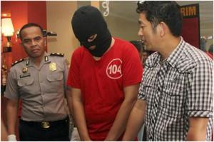 AKBP Takdir Matanette Kasat Reskrim Polrestabes Surabaya (kanan), didampingi Kompol Widjanarko Kasubbag Humas saat mengintrogasi tersangka.