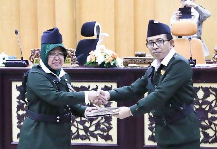 Ketua DPRD Surabaya Adi Sutarwijono Dan Wali Kota Tri Rismaharini Saat Pengesahan RAPBD