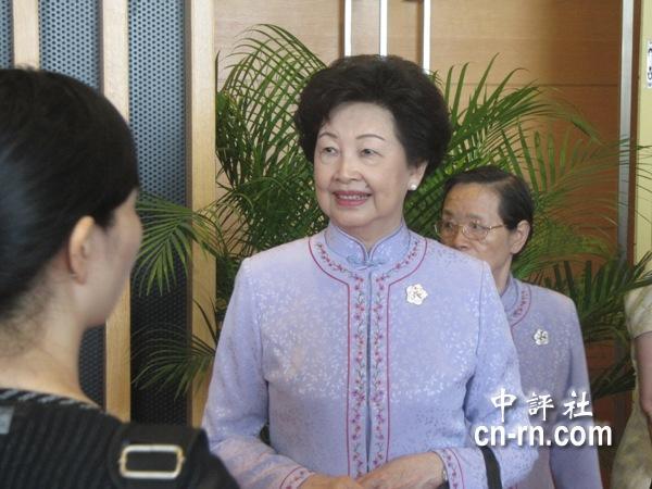 中國評論新聞:辜嚴倬雲人氣高 陳至立親迎