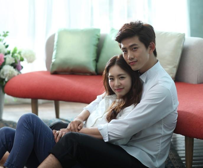 中國評論新聞:《結婚前夜》情侶照 澤演擁李妍熙入懷