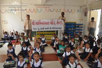 kolavada-school-pen-distribution-swaminarayan-temple-10