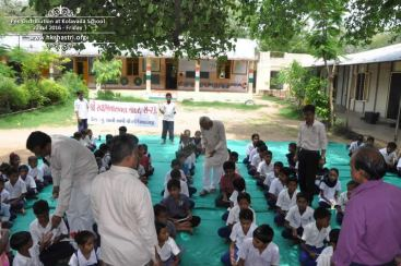 kolavada-school-pen-distribution-swaminarayan-temple-4