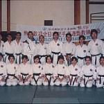 真野高一師範及西村誠司師範與糸東流參加者合照  The late Sensei Takaichi Mano and Sensei Seiji Nishimura, with participants from Shitoryu Karatedo