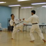 Niki先輩〔左〕和Arai先輩〔右〕進行搏擊練習 Senpei Niki [left] with Senpei Arai [right] in a kumite training session