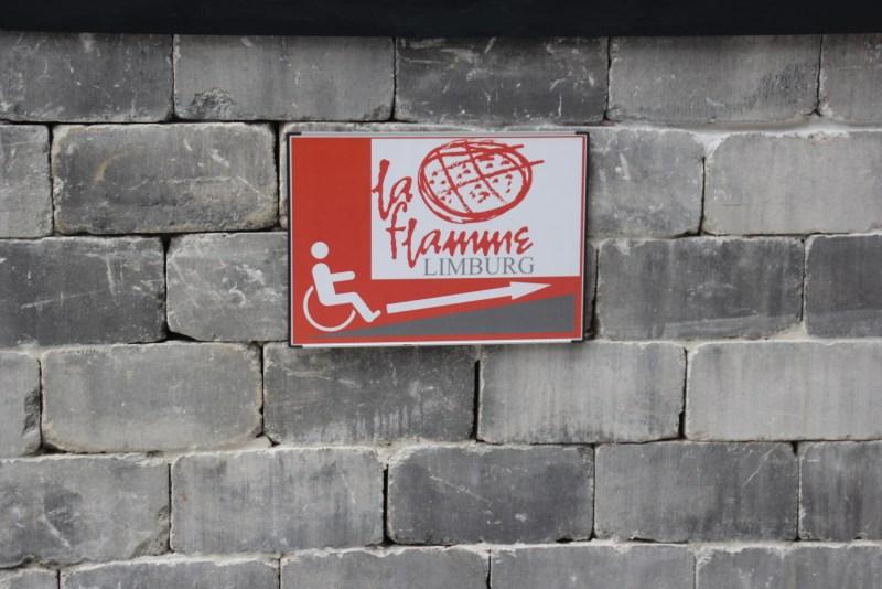 Gut sichtbar ist der Hinweis auf eine Rampe als Zugang zum Restaurant.