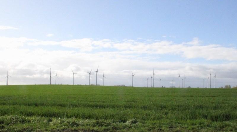 Ein Argument gegen Windenergie ist die Einwirkung auf das Landschaftsbild durch die aufragenden WEA wie in diesem Beispiel aus Mecklenburg-Vorpommern.