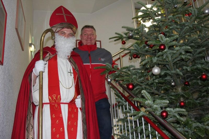 Der Nikolaus zusammen mit dem Blutspendebeauftragten Michael Schoska, der sich sehr über den Besuch freute.