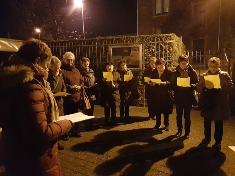 Vor der Kirche hielt die kfd Elz eine Mahnwache, um volle Aufklärung des Missbrauchsskandal zu fordern.