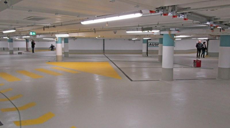 Die Boden- und Wandflächen in dem sanierten Parkhaus sind hell und freundlich gestaltet. Es gibt eine Grundbeleuchtung, die sich verstärkt, wenn die entsprechenden Zonen genutzt werden. Foto: Stadt Limburg