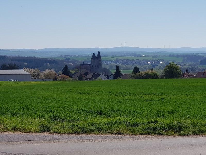 Von der Dietkircher Höhe gibt es einen Blick auf die Lubentius Kirche.