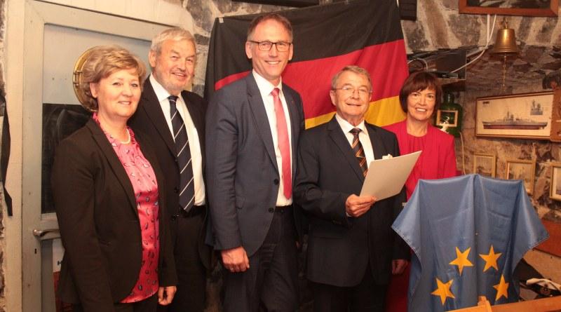 Hünfeldens Bürgermeisterin Silvia Scheu-Menzer, Kreisbeigeordneter Helmut Peuser und Landrat Michael Köberle freuten sich mit Otto Döhrn (von links) über die Verleihung des Verdienstkreuzes am Bande. Glücklich war auch Ehefrau Inge Döhrn (rechts).