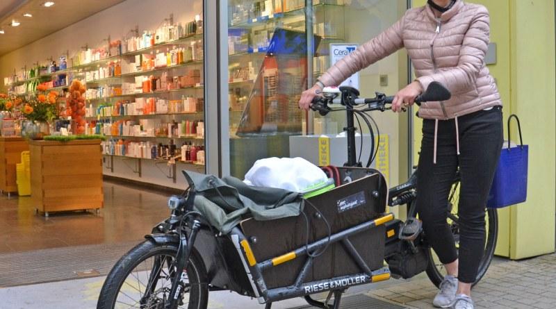 Pia Wuth mit ihrem Lastenfahrrad vor der Apotheke in Limburg. Seit über vier Jahren ist das Rad mit E-Unterstützung im Einsatz und hat dabei seine Alltagstauglichkeit unterstrichen. Bildhinweis: Stadt Limburg