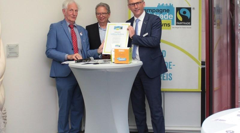 Manfred Holz vom Verein TransFair, der Erste Kreisbeigeordnete Jörg Sauer und Landrat Michael Köberle (von links) freuen sich über die Urkunde zum Fairtrade-Landkreis.