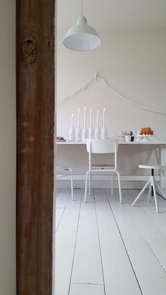 wit-paastafel-diy-inspiratie-creativiteit-stoelen-tafel-kandelaar