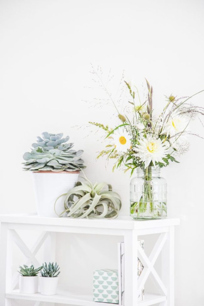 Plukboeket-veldboeket-witte-sedetable-vetplant-airplant-dahlia-leucanthemum-siergras