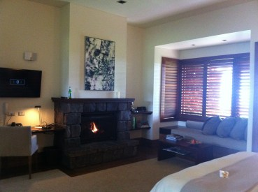 Spacious room with cosy fireplace