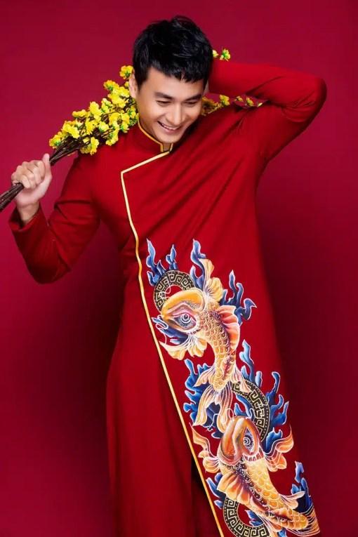 Áo dài nam đỏ viền vàng vẽ họa tiết cá
