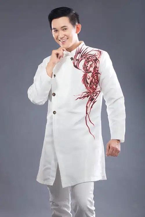 Áo dài nam trắng cách điệu với họa tiết hiện đại