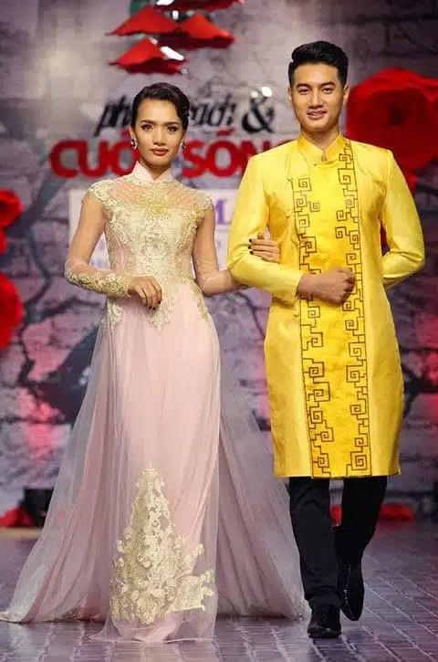 Áo dài cưới cặp màu vàng vẽ họa tiết nổi bật