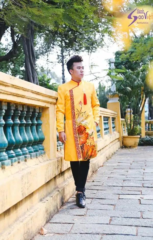 Áo dài nam cách tân vàng họa tiết hoa sen nổi bật