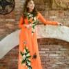 Áo dài nữ màu cam tươi trẻ vẽ hoa