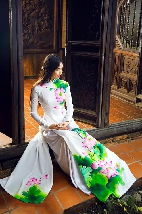 Áo dài nữ trắng vẽ hoa sen kiêu sa