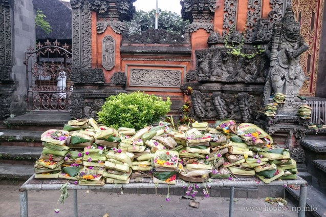 Дарове за боговете пред храм - Кута, Бали