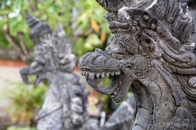 Дракони пред храм в Кута, Бали