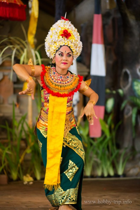Жена танцува танца Barong в Индонезия