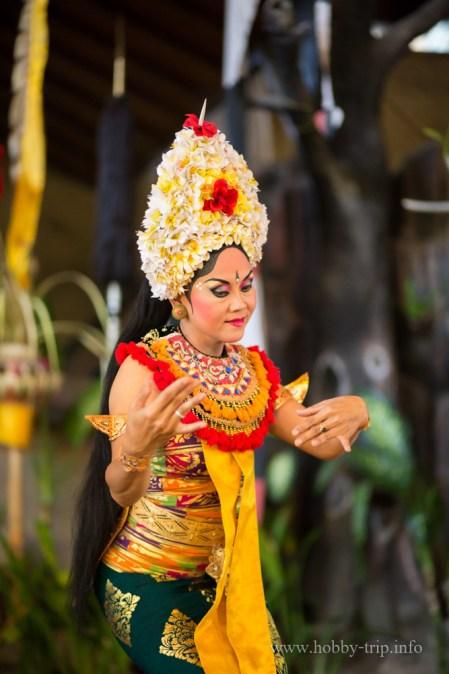 Жена танцува традиционния индонезийски танц
