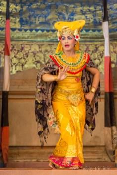 Индонезийка изпълнява танца Barong