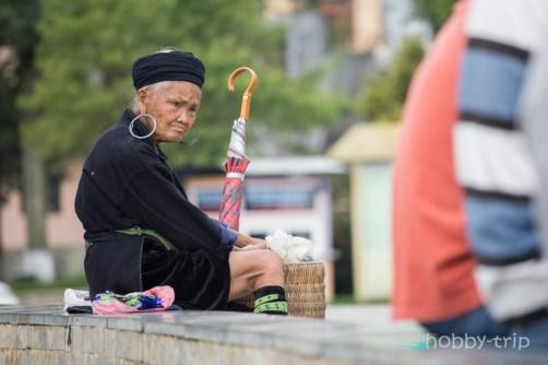 Жена с чадър - SAPA