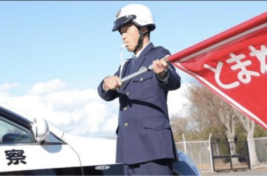 交通整理をする整備員
