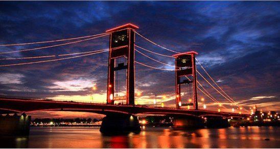 Ikon Palembang yakni Jembatan Ampera