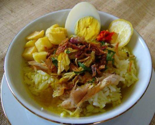 Salah satu makanan khas di daerah Lamongan yaitu Soto Lamongan