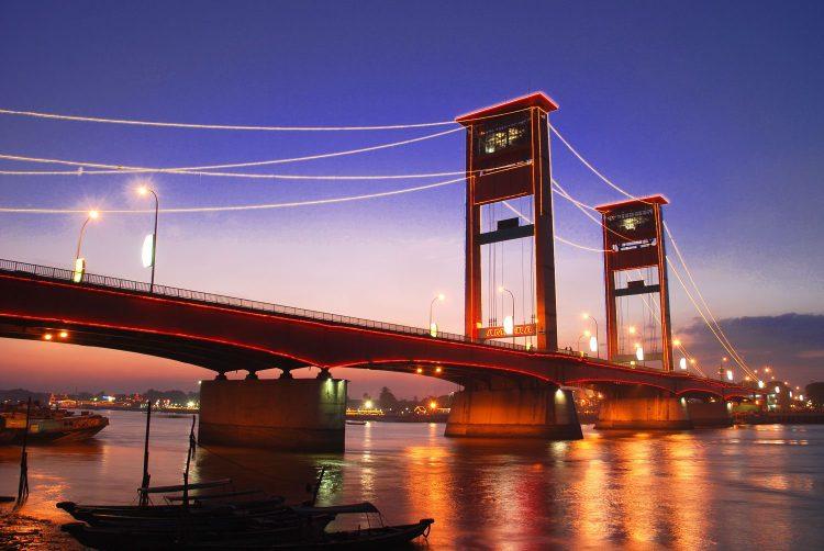 Jembatan Ampera yang berdiri diatas Sungai Musi di Palembang yang digunakan sebagai jaur perdagangan antar wilayah