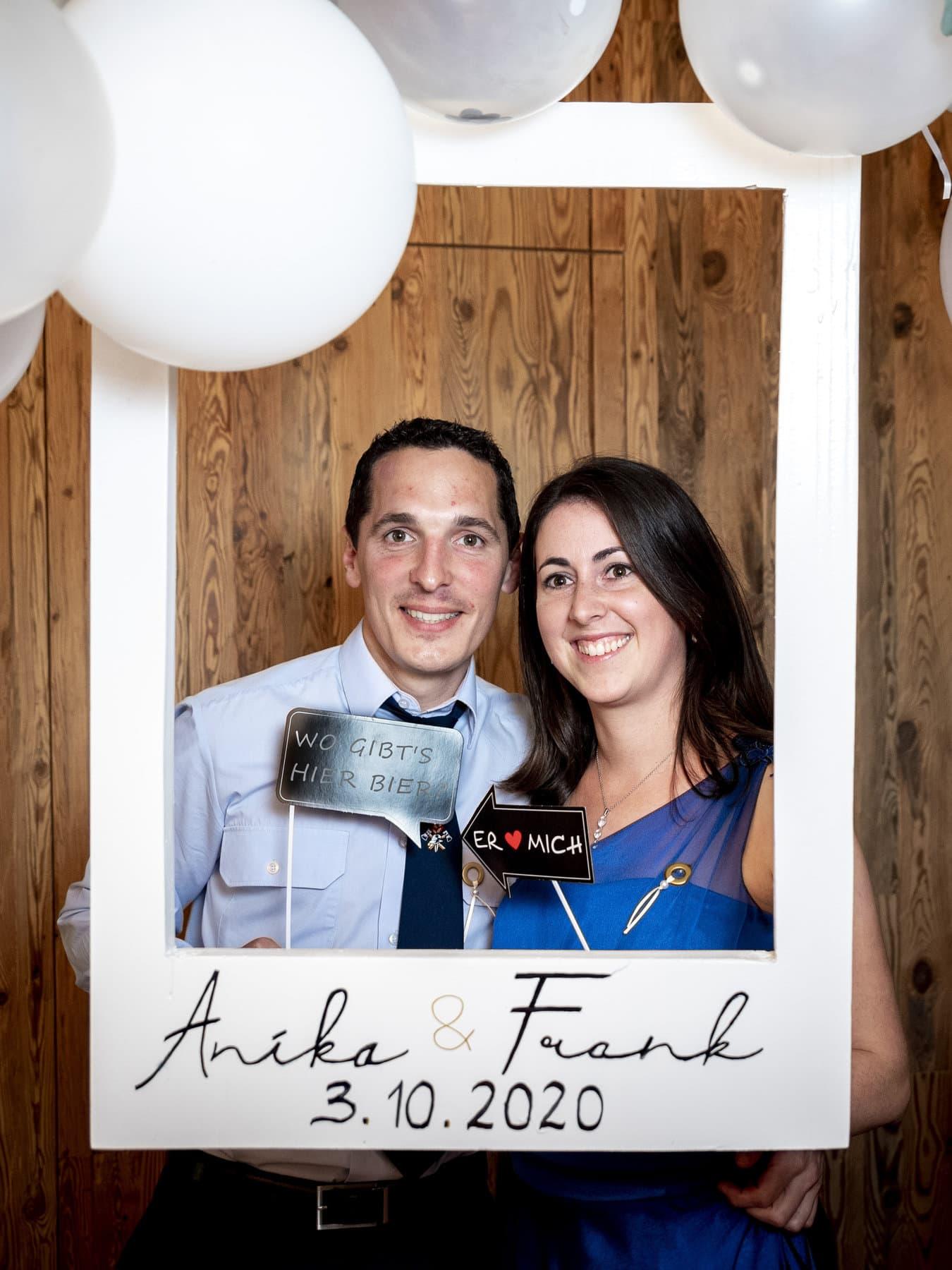 Hochzeitsgäste in der Fotobox