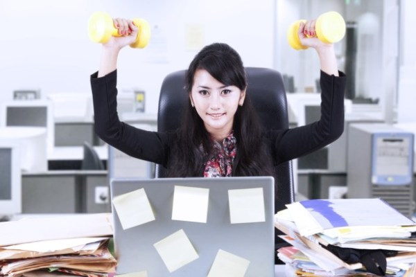 Какие упражнения для спины можно делать прямо на рабочем месте