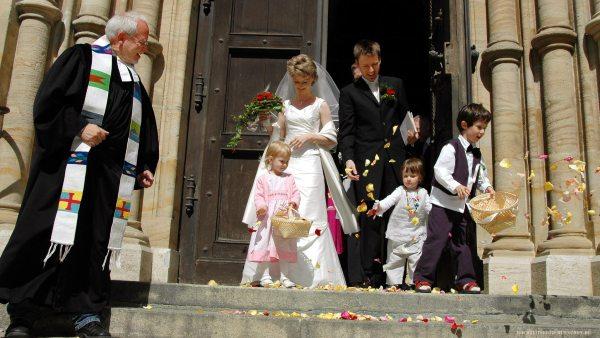 Blumenkinder beim Auszug aus der Kirche nach der Trauung