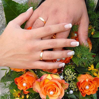 """Hochzeitsfotograf Wagner, München: Hochzeitsfoto """"Brautpaarhände mit Ringen und Rosen"""""""