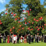 Fliegende Luftballons bei einem Hochzeitsfeier