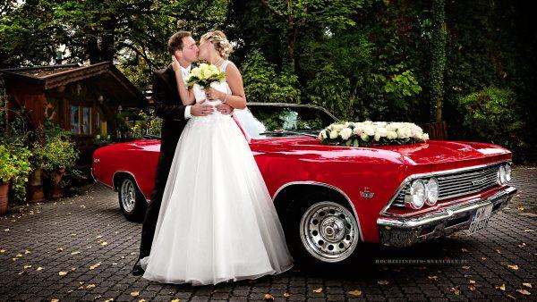 Fotoshooting Hochzeit 18: Hochzeitsfoto mit Hochzeitsauto