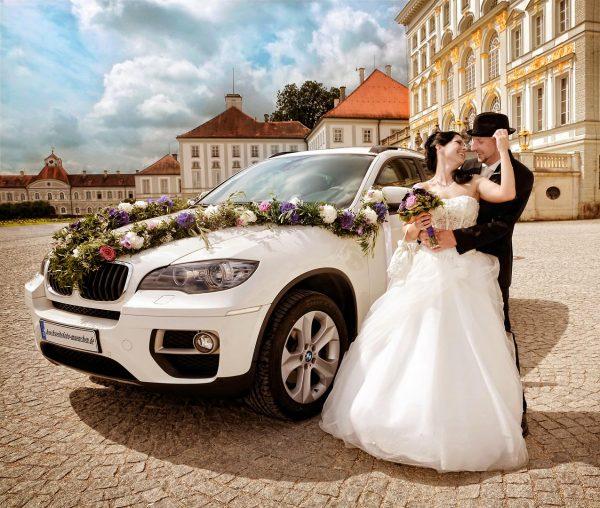 Hochzeitsfotoshooting mit Hochzeitsauto BMW X6