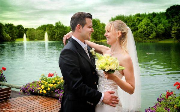 Brautpaar am See im Ostpark
